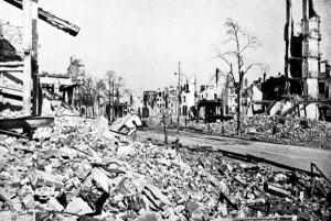 Une partie de Hambourg en ruine en 1946. Cela prit des années pour reconstruire Hambourg et d'autres villes allemandes dévastées par les bombardements alliés de la Seconde Guerre mondiale.