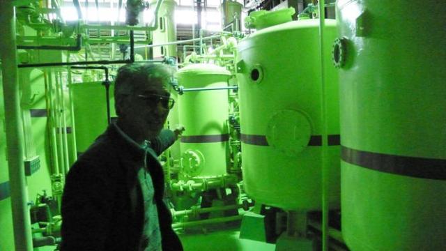 Le professeur Koide, ici devant le réacteur nucléaire expérimental de l'université de Kyoto, est l'une des grandes figures de la lutte contre le nucléaire au Japon.