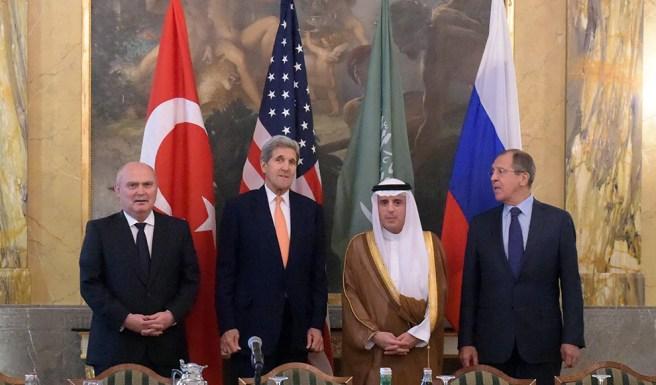 FET22 VIENA (AUSTRIA), 23/10/2015.- Fotografía facilitada por el Ministerio ruso de Exteriores que muestra a su titular, Serguéi Lavrov (d) junto con el secretario de Estado estadounidense, John Kerry (2i) y sus homólogos de Arabia Saudí, Adel Al Jubeir (2d) y de Turquía, Feridun Sinirlioglu (i) durante un encuentro en Viena, Austria hoy 23 de octubre de 2015. Los jefes de la diplomacia de EEUU, Rusia, Turquía y Arabia Saudí se reúnen hoy en Viena para abordar la posibilidad de una solución política a la sangrienta guerra civil en Siria, que dura ya más de cuatro años. EFE/Eduard Pesov **SÓLO USO EDITORIAL/NO VENTAS***