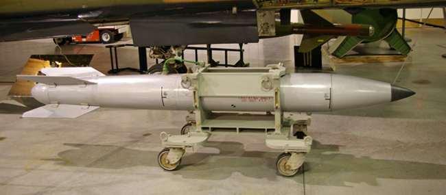 Bombe nucléaire tactique B61-11. En 1996, sous l'administration Clinton, l'utilisation de l'arme nucléaire tactique B61-11 était envisagée par les USA en cas d'attaque contre la Libye.