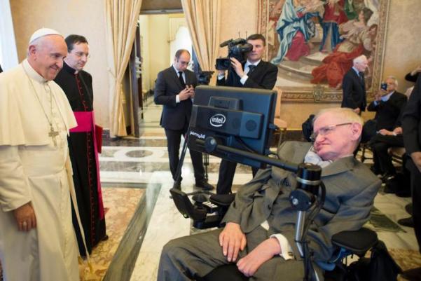 (Lors d'une réunion à l'Académie Pontificale des Sciences du Vatican, le 28 novembre 2016, le Pape François accueille Stephen Hawking, théoricien en physique et cosmologue. Osservatore Romano/Reuters)