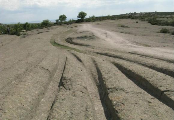 De mystérieuses anciennes pistes sillonnent le paysage de la vallée phrygienne de Turquie. Qui est à l'origine de ces pistes et comment ont-elles été construites ? (Courtesy of Alexander Koltypin)