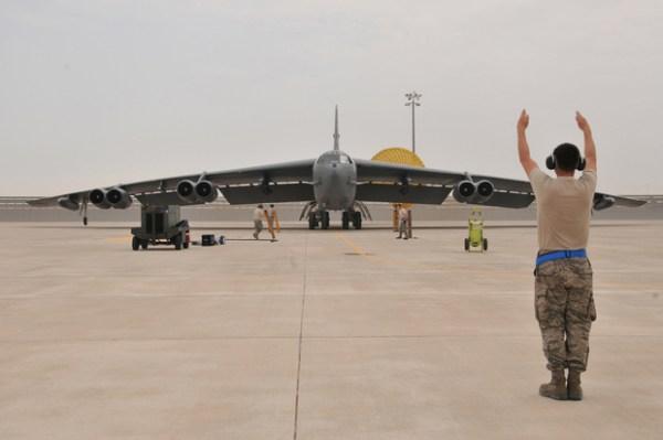 bombardier B-52 des forces aériennes américaines arrive sur la base d'Al-Udeid, au Qatar, le 9 avril 2016 (AFP)