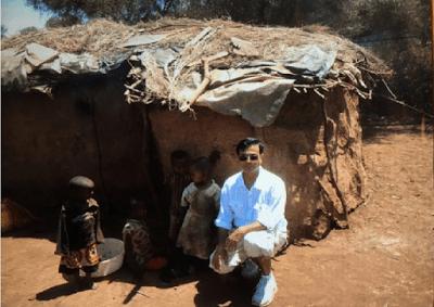 Le Dr Baldeo soignant bénévolement des orphelins atteints du SIDA en Afrique
