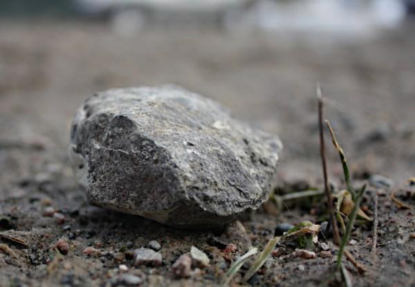 Une pierre. Coût unitaire: gratis.