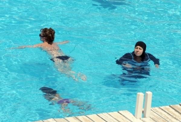 Des femmes nagent dans une piscine dans la ville côtière tunisienne de Mahdia, en 2012 (AFP)