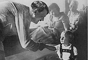 """Il y a un paradoxe de l'histoire dans le fait que, lorsque Adolf Hitler combattait en Espagne, harcelait les Juifs et mesurait les crânes de ses propres citoyens, il était considéré comme un politicien respectable par l'Occident. Mais dès qu'il avait décidé de ne pas attaquer l'Union Soviétique et avait refusé de s'approprier les Carpates, il fut immédiatement considéré comme un """"agresseur défiant le monde""""."""