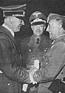 """Rencontre entre Franco et Hitler à la frontière franco-espagnole, 1940. Le dictateur espagnol a refusé de se battre au nom de ses """"bienfaiteurs"""" allemands et italiens pendant la Seconde Guerre Mondiale, parce qu'il devait sa dette de gratitude pour sa prise de pouvoir à des nations totalement différentes."""
