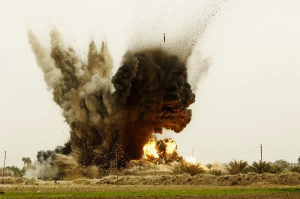 Des bombes larguées par un B-1B Lancer frappent une prison et maison de torture d'al-Qaïda à Zambraniyah en Irak en 2008. Photo: AFP via Atlas Photo Archive / USAF