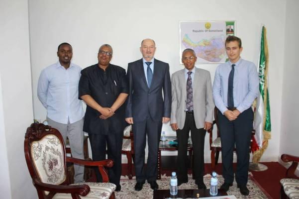 Le ministre des Affaires étrangères du Somaliland, Dr. Saad Ali Shire (centre droit) rencontre le diplomate russe Yury Kourchakov (centre) en 2017