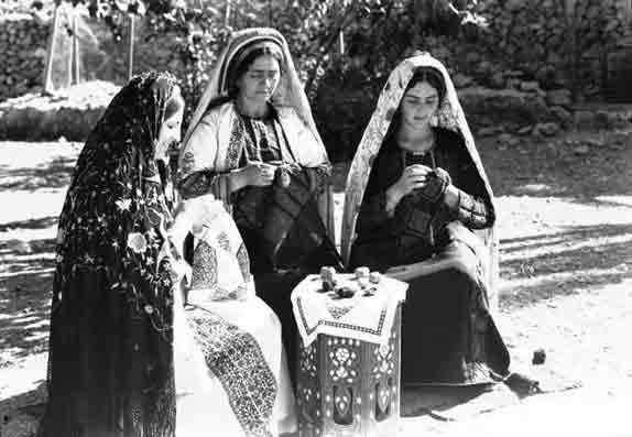 Brodeuses, tableau de la Palestine heureuse , Ramallah 1940 .Les sionistes n'étaient pas encore les maîtres du pays