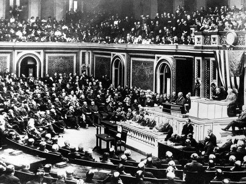 Le président américain Woodrow Wilson déclare la guerre à l'Allemagne lors d'une séance conjointe du Congrès à Washington. Le 2 avril 1917. © AP Photo