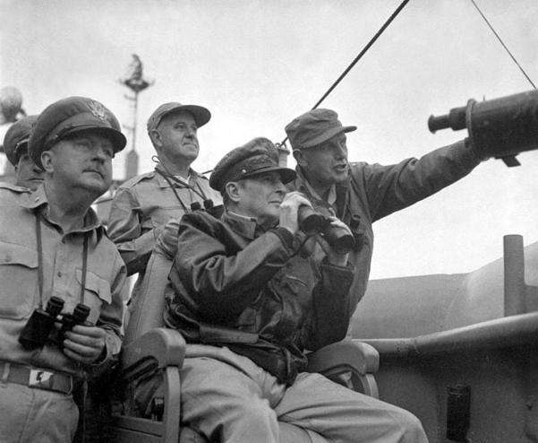 MacArthur observe le bombardement d'Inchon. MacArthur, un impérialiste raciste jusqu'à la moelle, voulait larguer des bombes nucléaires sur la Corée et la Chine, et peut-être sur l'Union soviétique. Il a forcé Truman à le virer pour insubordination.
