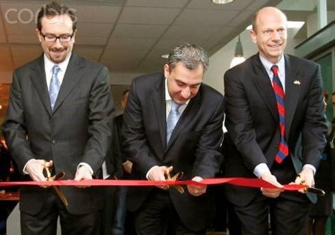 L'inauguration du Centre Lugar à Tbilissi en 2011. Andrew C. Weber (à droite) – puis le secrétaire adjoint à la Défense des États-Unis (2009-2014), coordinateur adjoint du DoD pour la réponse à Ebola (2014-2015), est actuellement un salarié de Metabiota (l'entrepreneur américain).
