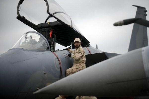 Un soldat saoudien inspecte un avion de chasse américain F-15 C (AFP)