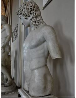 Une statue d'Eros aux musées du Vatican.