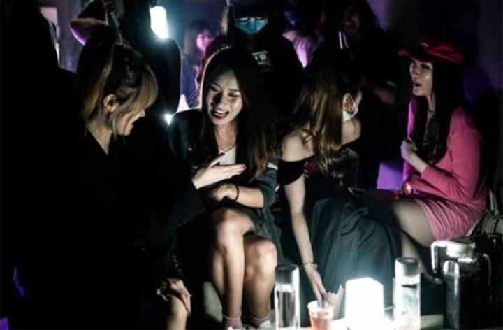 Wuhan – Des Chinois font la fête dans des bars alors que le monde est toujours confiné ou en pleine dépression économique