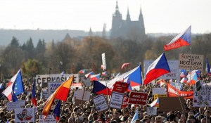 Prague – Des milliers de manifestants contre les mesures anti-Covid, heurts avec la police
