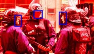 Des militants utilisent la reconnaissance faciale pour identifier les policiers qui dissimulent leurs badges