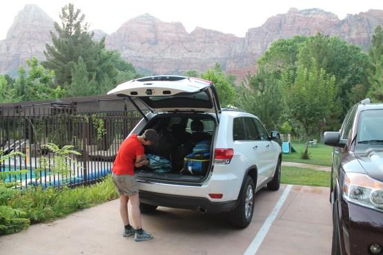 Vår magnifika Jeep Cherokee med bergen i Zion National Park i bakgrunden