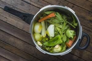 Olla con verduras, carne y agua para hacer caldo