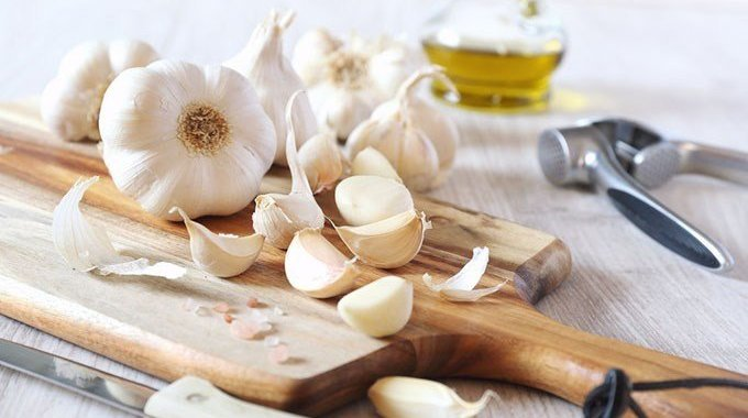 5 Cara Mengupas Bawang Putih Lebih Cepat & Mudah