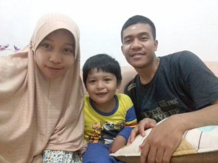 Keluarga Bahagia dengan anak yang sehat