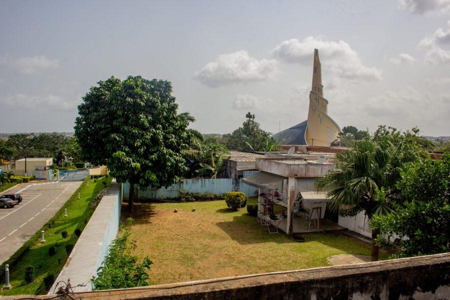 La Cour du Sanctuaire Marial d'Abidjan