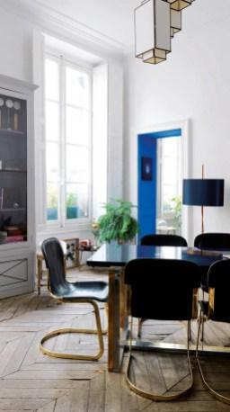 Dans la salle à manger, table et chaises des années 50 chinées à Bruxelles ; suspension Caravane.