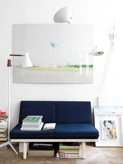 Au-dessus d'un sofa de Marc Newson, une photo de Jean-Christophe Aumas ; à droite, luminaire tentaculaire de Serge Mouille datant des années 50.
