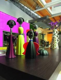 Anna s'est aménagé un musée personnel. Dans cette caverne d'Ali Baba, les objets issus de son imagination comme de celle d'autres artistes contemporains et amis envahissent l'espace. Ainsi sur le comptoir de la cuisine trône une collection de tirebouchons de Mendini pour Alessi et un vase de sa création tandis que sur la mezzanine sont accrochées des light boxes qu'elle a réalisées pour la maison Segni & Designi