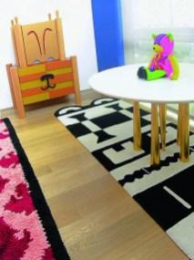 Sur la table « Trampoliere », un ours en peluche conçu pour Ritzenhoff semble attendre qu'une âme charitable vienne le cajoler.