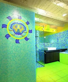 Dans la salle de bains carrelée en mosaïque Bisazza, une tête de lion dessinée par Anna affiche une bonhomie réjouissante.