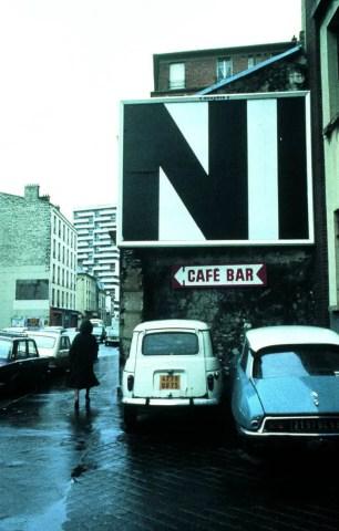 Tania Mouraud, « City Performance n°1 » 1977-1978, affiche sérigraphiée (3 x 4 mètres), intervention urbaine, Paris (Frac Lorraine).