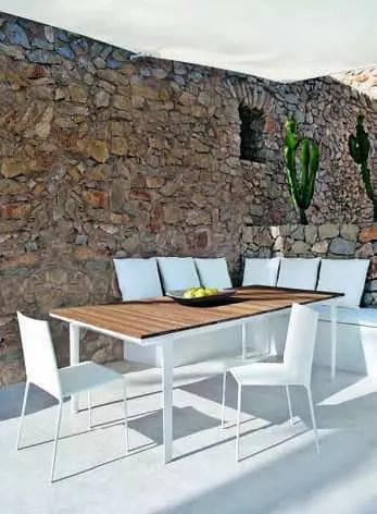 Dans l'un des patios organisé par de nouvelles ouvertures, espace déjeuner à l'ombre d'un taud. Mobilier B&B Italia : table « Carpino » en alu et iroko d'Antonio Citterio et chaises « Alma » créées par Roberto Barbieri.