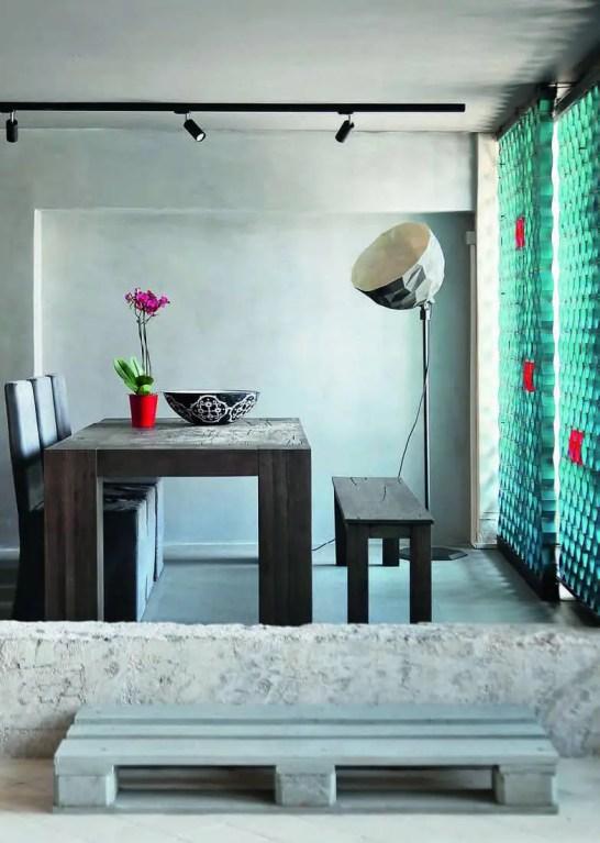 La partie salle à manger s'illustre par le choix du recours à un matériau unique : le béton au sol, sur les murs et au plafond ! Chaises, table et banc ont été créés par Ese.