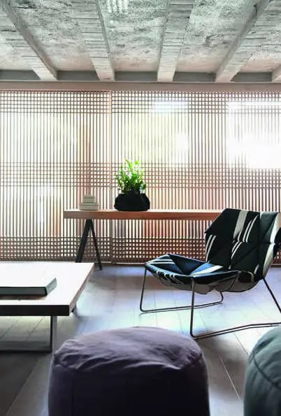 Les panneaux coulissants Shoji en bois naturel insufflent un esprit japonais au salon. Fauteuil Patricia Urquiola pour Moroso.