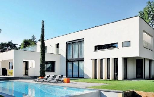 Pièce à vivre, cuisine, chambres…, dans la maison blanche dessinée par Jean Laurens Berge, chaque volume est prolongé par une terrasse privative avec vue sur la piscine cachée dans les bois.