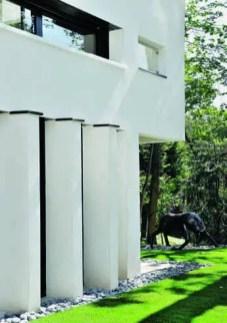 Au bout de la maison, la terrasse de la chambre de l'ainée protège l'entrée de la pièce de vie.