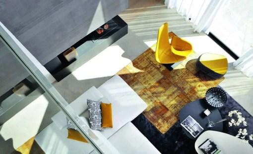 Embrasée d'un rayon de soleil filtrant jusqu'à la cheminée, la mosaïque de formes et de couleurs révèle toute la justesse des choix de Claude Cartier, observés depuis la mezzanine.