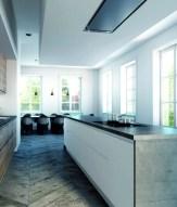 2. Encastrable, dans le plafond ou dans une structure décorative (ici modèle « Pureline »), les hottes Novy sont connues pour leur qualité et leur silence.