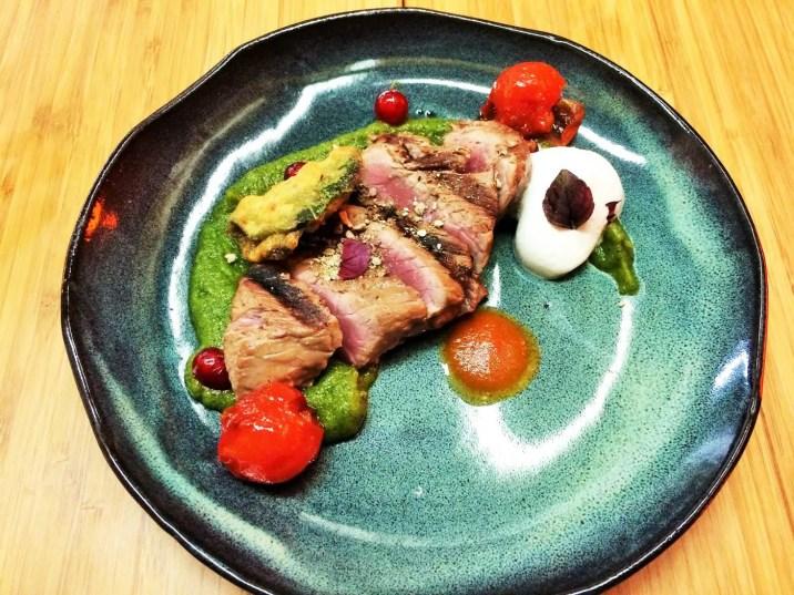Cru-cuit-de-quasi-de-veau-avec-des-tomates-confites-au-cumin,-une-purée-de-courgette-légèrement-orangé-et-une-émulsion-d'anchois