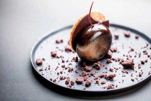 ®Pierre-Monetta-Mousse-aux-baies-de-Sichuan,-chocolat-Manjari-70%,-nougatine-de-sésame----Buddha-Bar-Hotel-Paris-L
