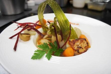 St-Jacques-cuite-sur-la-plaque-crème-truffe,-légumes-en-pot-au-feu-de-crustacés
