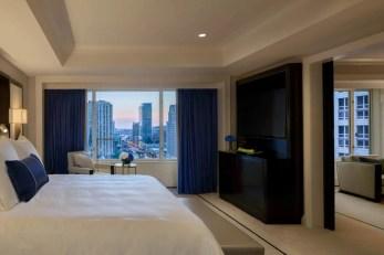 premier-deluxe-suite-bedroom_the-peninsula-chicago