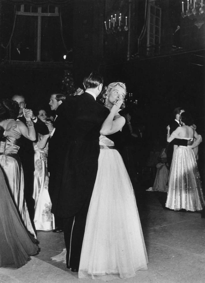 Baiser-valsé,-bal-à-l'Hotel-Lambert_1er-juin-1950-©-Atelier-Robert-Doisneau