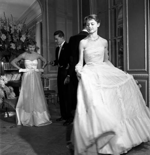 Brigitte-Bardot-mannequin-pour-Vogue,-en-robe-de-Jacques-Fath_1950-©-Atelier-Robert-Doisneau