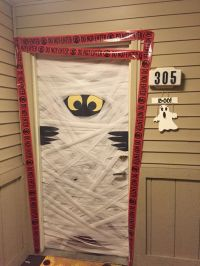 Halloween Door & 30+ DIY Halloween Wreaths - How To Make ...