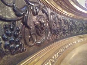 Detall de motius vitivinícoles a l'altar principal