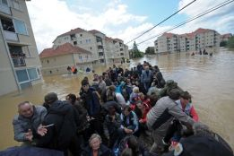 Photo: Soldiers have deployed huge amphibious vehicles to rescue hundreds of people in Obrenovac. (AFP: Alexa Stankovic)